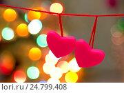 Купить «Два розовых сердца на одной нити ко дню Святого Валентина», фото № 24799408, снято 30 декабря 2016 г. (c) Лариса Капусткина / Фотобанк Лори