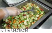 Preparing vegetable ragout. Стоковое видео, видеограф Александр Устич / Фотобанк Лори