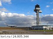 Купить «Самолет после посадки в аэропорту Лейпциг и диспетчерская вышка», фото № 24805344, снято 6 февраля 2014 г. (c) oleg savichev / Фотобанк Лори