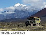 Купить «Камчатка, автомобиль ЗИЛ-131 (вахтовка) на фоне вулкана», фото № 24805524, снято 27 августа 2014 г. (c) А. А. Пирагис / Фотобанк Лори