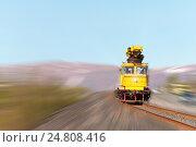 Автомотриса двигается по железной дороге. Стоковое фото, фотограф Андрей Радченко / Фотобанк Лори