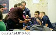 Купить «Студенты настраивают устройство во время выполнения задания и общаются между собой», видеоролик № 24810460, снято 26 декабря 2016 г. (c) FMRU / Фотобанк Лори