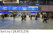 Купить «Passengers walking at the main railway station of Vienna», видеоролик № 24813216, снято 20 декабря 2016 г. (c) Антон Гвоздиков / Фотобанк Лори