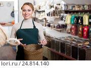 Купить «Blond woman choosing tea sold», фото № 24814140, снято 19 ноября 2018 г. (c) Яков Филимонов / Фотобанк Лори