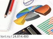 Купить «Графики, диаграммы, калькулятор и ручка. Бизнес-натюрморт», эксклюзивное фото № 24814480, снято 5 января 2017 г. (c) Юрий Морозов / Фотобанк Лори