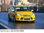 Купить «Желтый автомобиль такси на Большом Устьинском мосту в Москве», эксклюзивное фото № 24818088, снято 30 ноября 2016 г. (c) lana1501 / Фотобанк Лори