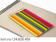 Купить «Цветные карандаши на блокноте для эскизов», фото № 24828456, снято 17 апреля 2016 г. (c) Елена Коромыслова / Фотобанк Лори
