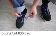 Купить «The boy running shoes is laces», видеоролик № 24830576, снято 21 декабря 2016 г. (c) Володина Ольга / Фотобанк Лори