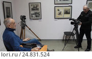 Купить «Балашиха, Картинная галерея. А.Р. Дегтярев дает интервью», эксклюзивный видеоролик № 24831524, снято 8 января 2017 г. (c) Дмитрий Неумоин / Фотобанк Лори