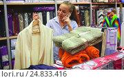 Купить «female shopper buying multiple items», видеоролик № 24833416, снято 8 декабря 2016 г. (c) Яков Филимонов / Фотобанк Лори