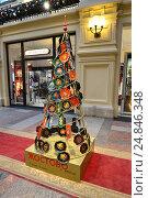 Купить «Новогодняя елка от Жостовской фабрики декоративной росписи, украшенная коваными подносами. Главный универсальный магазин (ГУМ). Москва», эксклюзивное фото № 24846348, снято 8 января 2017 г. (c) lana1501 / Фотобанк Лори