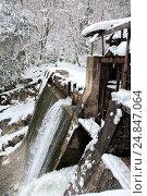 Купить «Вид на потоки воды старой заброшенной Беслетской гидроэлектростанции в Абхазии», фото № 24847064, снято 3 января 2016 г. (c) Матвей Солодовников / Фотобанк Лори
