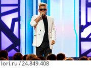 Купить «Певец Митя Фомин, концертное выступление», эксклюзивное фото № 24849408, снято 19 июня 2015 г. (c) Андрей Дегтярёв / Фотобанк Лори