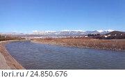 Купить «Река Мзымта в Адлере, самолет идущий на посадку, снежные горы на горизонте», видеоролик № 24850676, снято 7 января 2017 г. (c) DiS / Фотобанк Лори