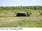 Купить «Автомобиль УАЗ 452 застрял на бездорожье», фото № 24863004, снято 6 мая 2016 г. (c) Инна Грязнова / Фотобанк Лори