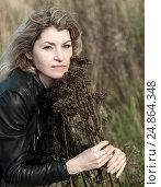 Женщина средних лет с длинными волосами задумчиво обнимает увядающее растение, фото № 24864348, снято 7 октября 2012 г. (c) Эдуард Паравян / Фотобанк Лори