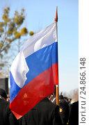 Российский флаг в руках у знаменосца. Стоковое фото, фотограф Ирина Борсученко / Фотобанк Лори