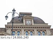 Купить «Фрагмент здания Павелецкого вокзала с часами», эксклюзивное фото № 24866240, снято 18 апреля 2012 г. (c) Алёшина Оксана / Фотобанк Лори