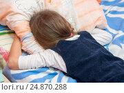 Купить «Расстроенная девочка плачет уткнувшись лицом в подушку», фото № 24870288, снято 14 января 2017 г. (c) Иванов Алексей / Фотобанк Лори