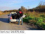 Парень кладет труп девушки в багажник автомобиля. Стоковое фото, фотограф Арестов Андрей Павлович / Фотобанк Лори