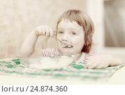 Купить «child eats with spoon», фото № 24874360, снято 9 августа 2012 г. (c) Яков Филимонов / Фотобанк Лори