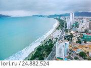 Город Нячанг, Вьетнам. Вид на город и центральный пляж (2016 год). Редакционное фото, фотограф Римма Тельнова / Фотобанк Лори
