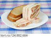 Купить «Соленое сало с прослойкой, чёрный хлеб и чеснок на тарелке», фото № 24882684, снято 11 января 2017 г. (c) Елена Коромыслова / Фотобанк Лори