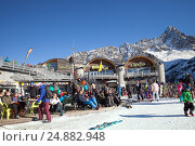 Купить «Chamonix du Mont-Blanc, France - DEC 30, 2016: Rider-cafe at the Lognan cable car station in French Alps, Grands Montets», фото № 24882948, снято 30 декабря 2016 г. (c) Юлия Кузнецова / Фотобанк Лори