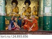 Купить «Буддистские монахи общаются с европейскими туристками в одном из храмов пагоды Шведагон. Янгон, Мьянма», фото № 24893656, снято 17 декабря 2016 г. (c) Виктор Карасев / Фотобанк Лори