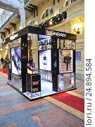 "Купить «Стенд-презентация от бутика французского парфюмерного бренда ""Yves Saint Laurent (YSL)"" в легендарном ГУМе в Москве», эксклюзивное фото № 24894584, снято 16 января 2017 г. (c) lana1501 / Фотобанк Лори"