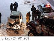 Купить «Пожарная машина протаранила легкой автомобиль в городе», эксклюзивное фото № 24901968, снято 19 января 2017 г. (c) Григорий Писоцкий / Фотобанк Лори