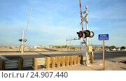 Купить «Железнодорожный переезд с поднимающимся шлагбаумом (США)», видеоролик № 24907440, снято 19 января 2017 г. (c) FMRU / Фотобанк Лори