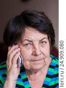Пожилая женщина говорит по сотовому телефону и смотрит в кадр, фото № 24909080, снято 6 января 2017 г. (c) Эдуард Паравян / Фотобанк Лори