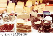 Купить «Fermer cheese in packs and in bulk», фото № 24909564, снято 23 июля 2018 г. (c) Яков Филимонов / Фотобанк Лори