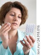 Woman puts makeup on face of yourself. Стоковое фото, фотограф Володина Ольга / Фотобанк Лори