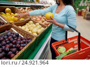 Купить «woman with basket buying pomelo at grocery store», фото № 24921964, снято 2 ноября 2016 г. (c) Syda Productions / Фотобанк Лори