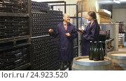 Купить «expert woman standing with clipboard and male winemaker», видеоролик № 24923520, снято 7 сентября 2016 г. (c) Яков Филимонов / Фотобанк Лори