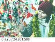 Купить «Teenage girl shopping at festive fair before Xmas», фото № 24931508, снято 12 декабря 2016 г. (c) Яков Филимонов / Фотобанк Лори
