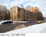 Купить «Пятиэтажный пятиподъездный панельный жилой дом серии I-515, построен в 1963 году. 15-я Парковая улица, 41, корпус 1. Район Северное Измайлово. Москва», эксклюзивное фото № 24946556, снято 17 января 2017 г. (c) lana1501 / Фотобанк Лори