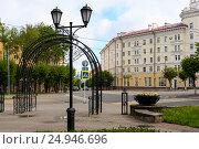 Купить «Фонарь и арка на входе в сад Блонье. Смоленск», эксклюзивное фото № 24946696, снято 15 августа 2016 г. (c) Александр Щепин / Фотобанк Лори