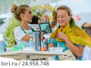 Купить «Девушке красят волосы в радужные цвета на фестивале «Das Fest - 2016» на ВДНХ», эксклюзивное фото № 24958748, снято 6 августа 2016 г. (c) Владимир Князев / Фотобанк Лори
