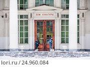 Купить «Дворники убирают снег около входа в Дом культуры ВДНХ, строение 84», фото № 24960084, снято 16 января 2017 г. (c) Алёшина Оксана / Фотобанк Лори