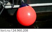 Купить «Красный шар качается на ветру», видеоролик № 24960208, снято 25 января 2017 г. (c) FMRU / Фотобанк Лори