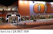 Купить «Москва, торговый центр ОБИ, Белая Дача», эксклюзивный видеоролик № 24967164, снято 21 января 2017 г. (c) Дмитрий Неумоин / Фотобанк Лори