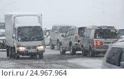 Купить «Автомобильный транспорт на дороге во время пурги», видеоролик № 24967964, снято 12 января 2017 г. (c) А. А. Пирагис / Фотобанк Лори