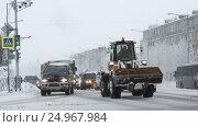 Купить «Автомобили едут в городе по дороге во время снегопада», видеоролик № 24967984, снято 12 января 2017 г. (c) А. А. Пирагис / Фотобанк Лори
