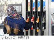 Купить «Жанры. Работа АЗС в Москве.», фото № 24968188, снято 26 января 2017 г. (c) Антон Белицкий / Фотобанк Лори