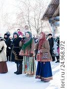 Артисты поют во время народного гулянья в праздник Рождества в Суздале Россия, фото № 24968972, снято 7 января 2011 г. (c) Эдуард Паравян / Фотобанк Лори