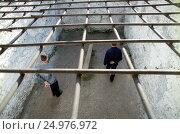 Тюрьма. Заключенные на прогулке. Редакционное фото, фотограф Борис Кавашкин / Фотобанк Лори