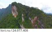Aerial view on mountains of Khao Sok in Thailand (2017 год). Стоковое видео, видеограф Михаил Коханчиков / Фотобанк Лори